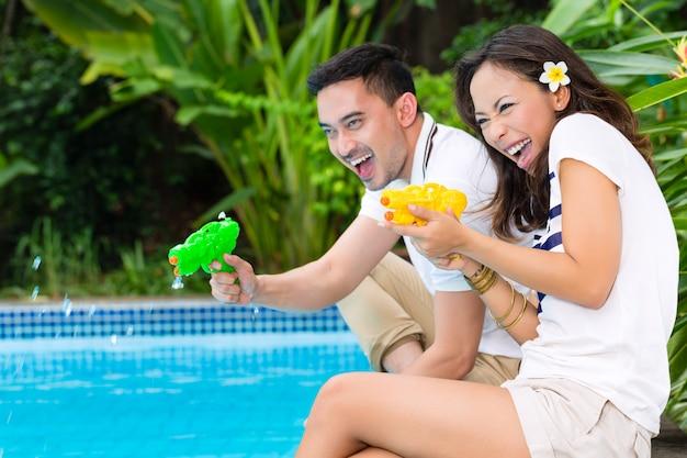Coppie asiatiche all'aperto nel giardino Foto Premium