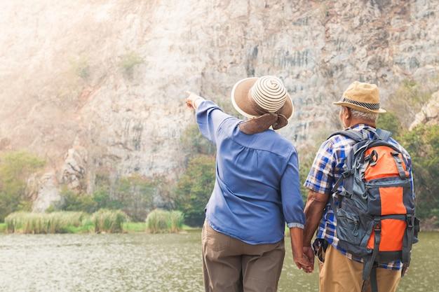 Coppie asiatiche anziane trekking alta montagna goditi la vita dopo il pensionamento. concetto di comunità di anziani Foto Premium