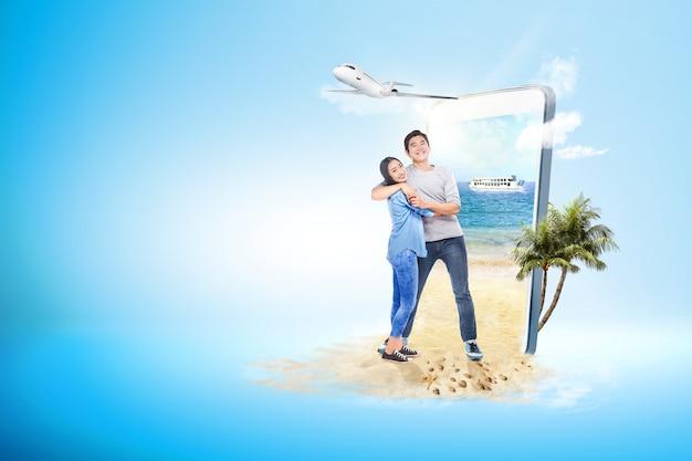 Coppie asiatiche che abbracciano sulla spiaggia Foto Premium