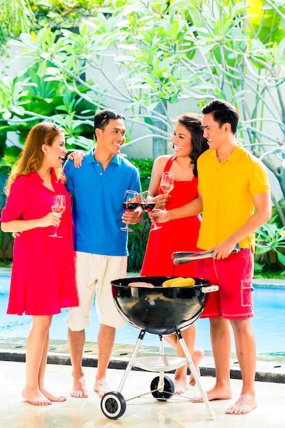 Coppie asiatiche che hanno barbecue e che bevono vino Foto Premium