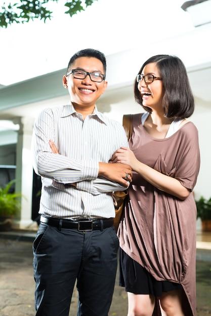 Coppie asiatiche del proprietario di abitazione davanti alla casa Foto Premium