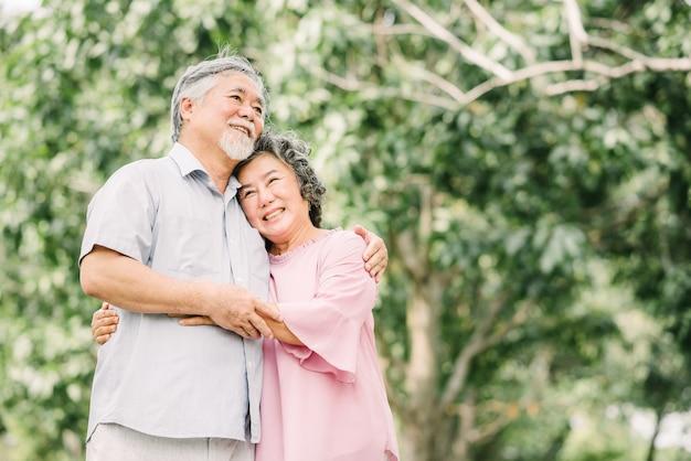 Coppie asiatiche senior felici che si tengono Foto Premium