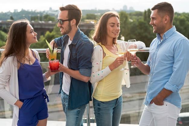 Coppie che brindano a una festa in terrazza Foto Gratuite
