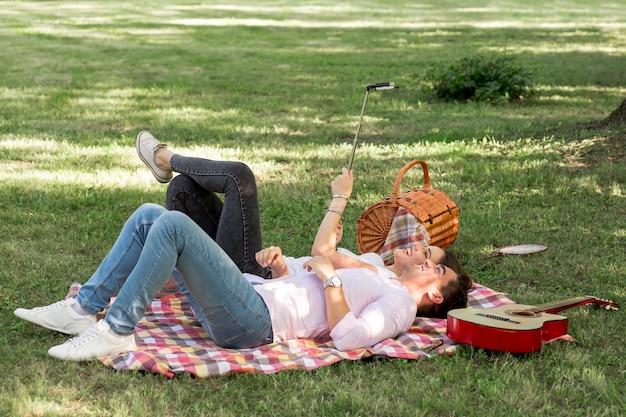Coppie che prendono un selfie su un picnic Foto Gratuite