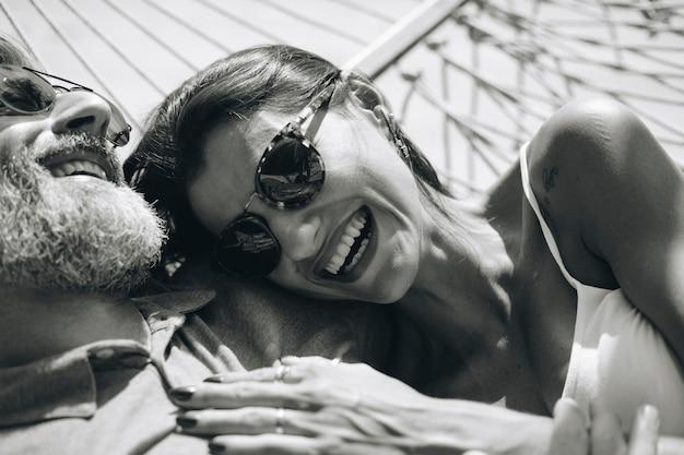 Coppie che riposano insieme in un'amaca Foto Gratuite