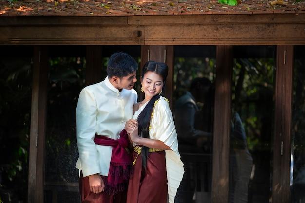 Coppie che scattano foto prima del matrimonio in stile tailandese. morbida bella foto pre-matrimonio degli sposi. Foto Premium