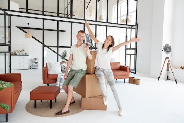 Coppie della possibilità remota che tengono una chiave per la loro nuova casa Foto Gratuite