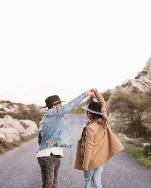 Coppie di vista posteriore che camminano su una strada Foto Gratuite