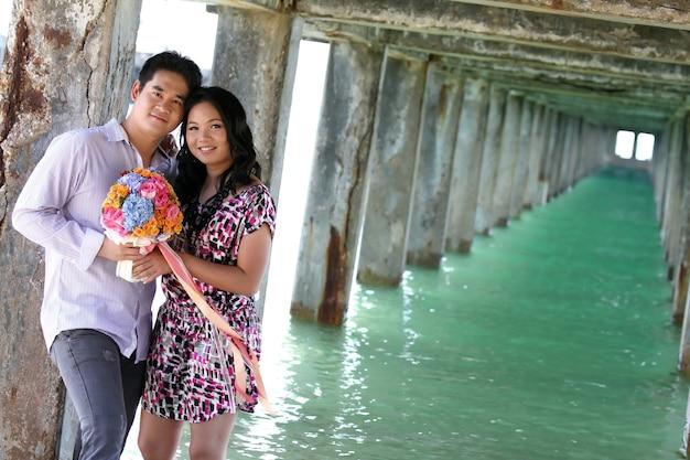 Coppie dolci in spiaggia Foto Premium