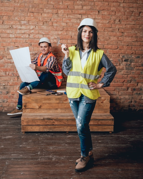 Coppie felici che fanno le riparazioni a casa loro. Foto Premium