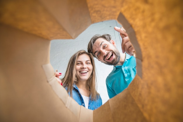 Coppie felici che guardano dentro il sacco di carta Foto Gratuite