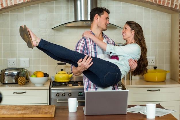 Coppie funky divertendosi in cucina Foto Premium