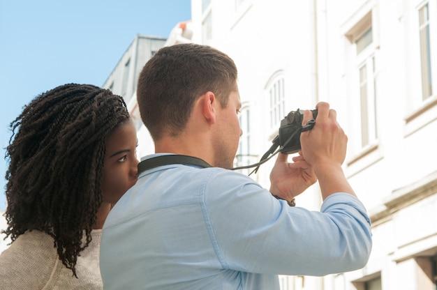Coppie interrazziali che viaggiano insieme Foto Gratuite