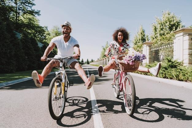 Coppie latine sulla data romantica di riciclaggio sulla strada Foto Premium