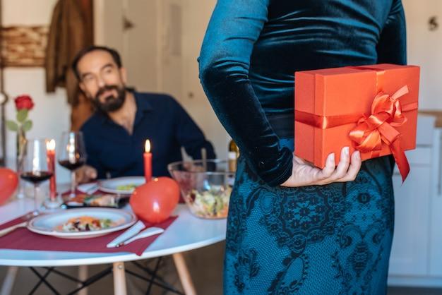 Coppie mature che hanno una cena romantica a casa per il giorno di biglietti di s. valentino con il regalo di sorpresa Foto Premium