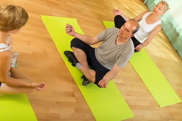 Ufficio Disegno Yoga : Coppie mature che praticano yoga con istruttore scaricare foto gratis