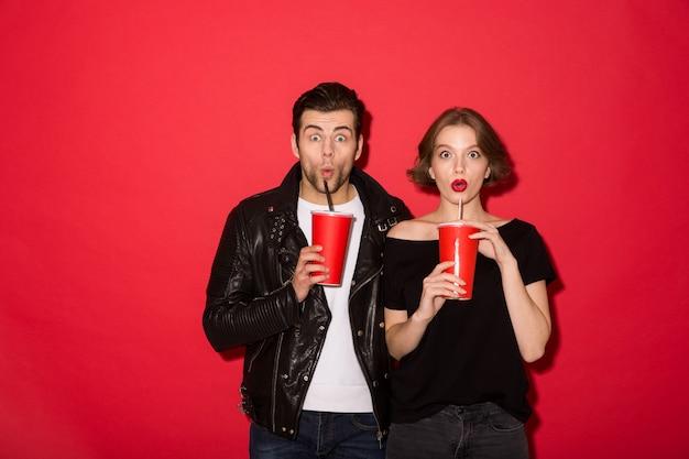 Coppie punk colpite che bevono soda e sguardo Foto Gratuite