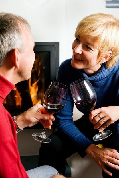 Coppie senior che bevono vino rosso Foto Premium