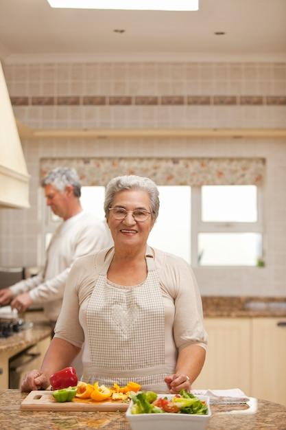 Coppie senior che cucinano nella cucina Foto Premium