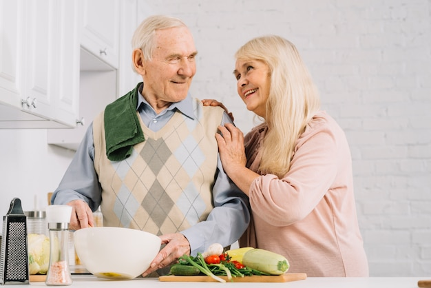 Coppie senior che cucinano nella cucina Foto Gratuite