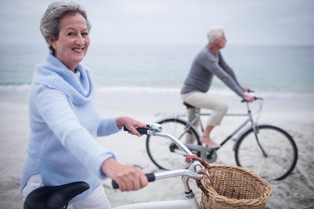 Coppie senior che hanno giro con la loro bici Foto Premium