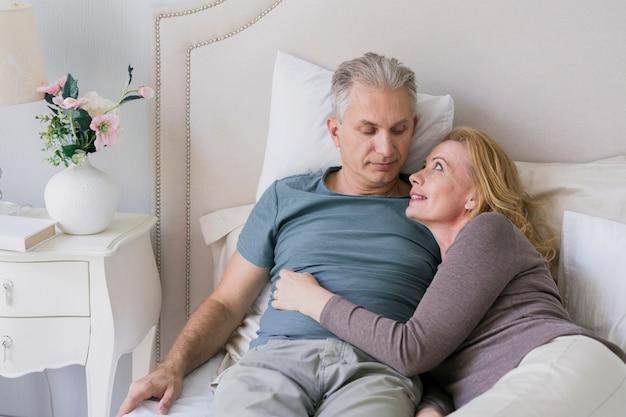 Coppie senior che si abbracciano a letto Foto Gratuite