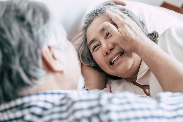 Coppie senior che si trovano a letto insieme Foto Gratuite