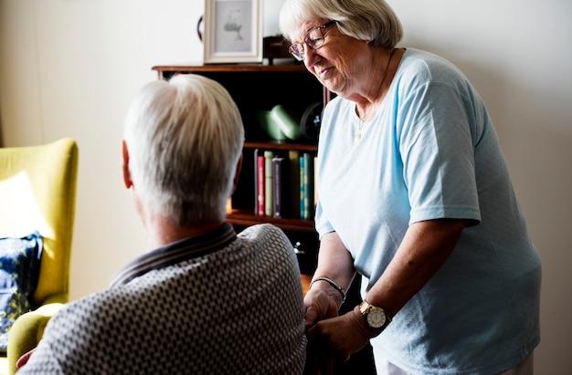 Coppie senior, donna anziana che si prende cura di un uomo anziano Foto Premium