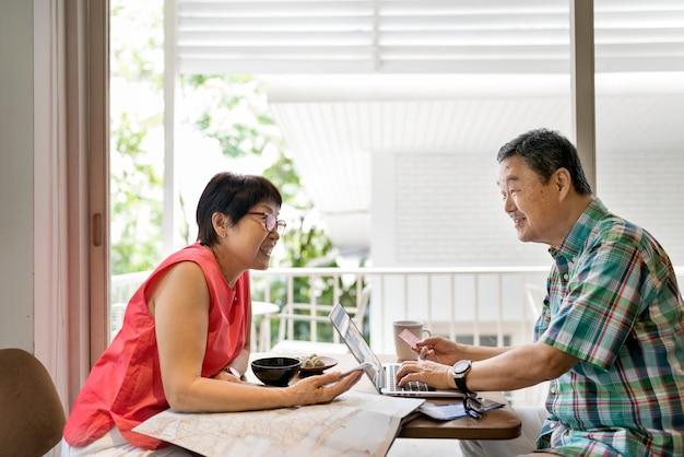 Coppie senior facendo uso del concetto del computer portatile Foto Premium