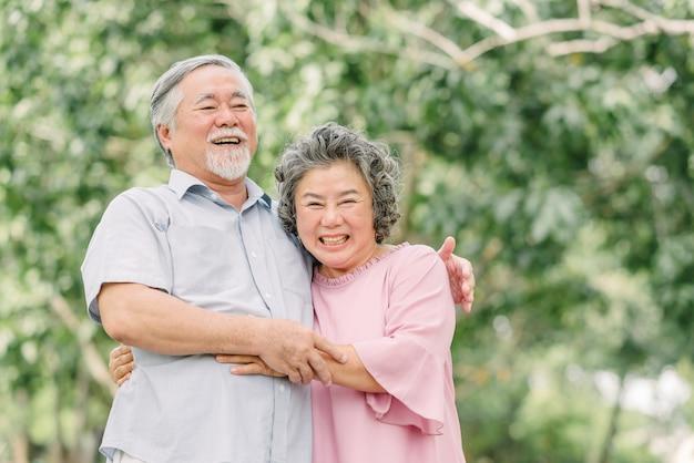Coppie senior felici che si tengono nel parco Foto Premium