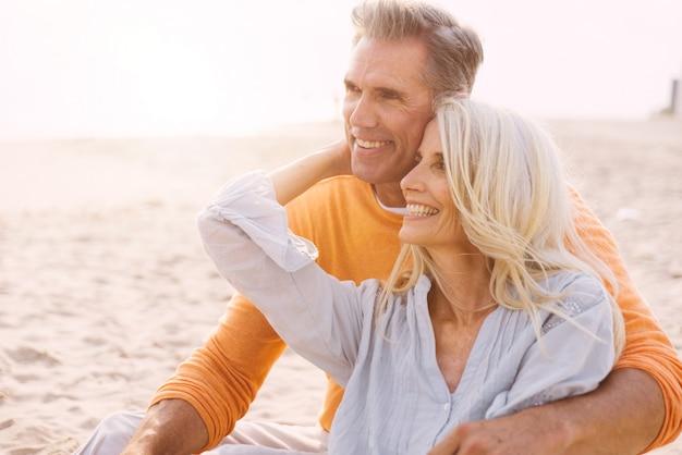 Coppie senior felici che spendono tempo alla spiaggia. concetti su amore, anzianità e persone Foto Premium