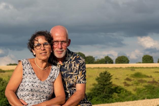 Coppie senior felici sane, all'aperto e alba Foto Premium