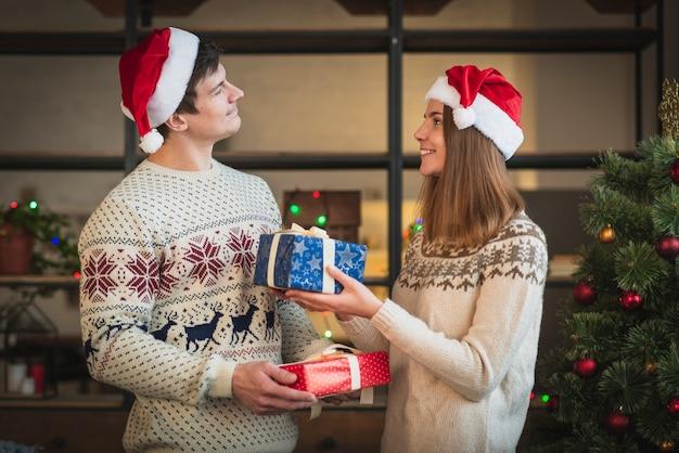 Coppie sveglie che si offrono i regali Foto Gratuite