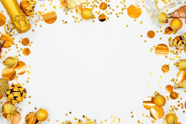 Copyspace orizzontale superiore di vista di concetto di feste del fondo di fesstive. champagne, giocattoli e bicchieri. Foto Premium