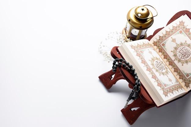 Corano aperto con lo spazio della copia Foto Gratuite