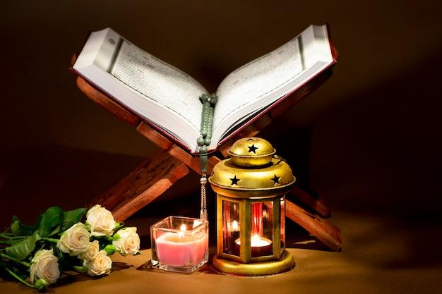 Corano aperto sul supporto del libro sacro Foto Gratuite