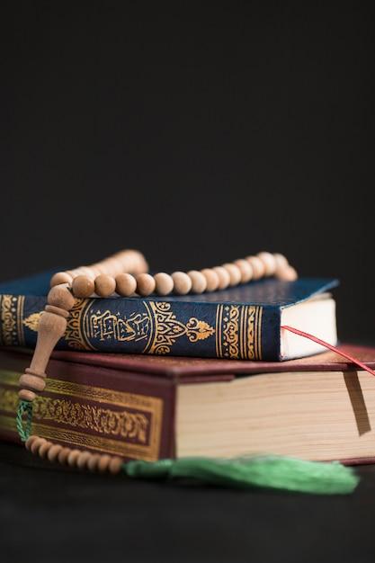 Corano copia-spazio sul tavolo Foto Gratuite