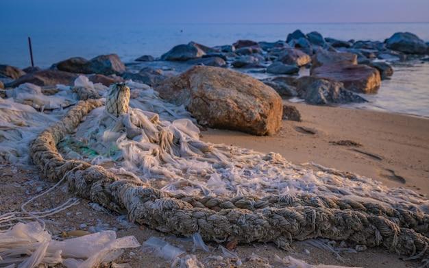 Corda di ormeggio legata sulla spiaggia di sabbia Foto Premium