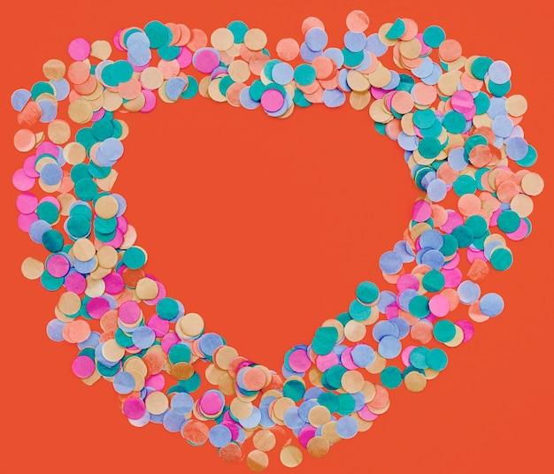 Coriandoli colorati a forma di cuore Foto Gratuite