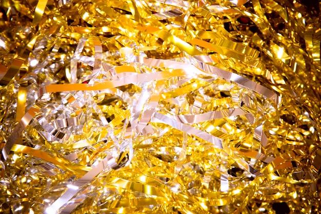 Coriandoli dorati ad alto angolo per la festa di capodanno Foto Gratuite