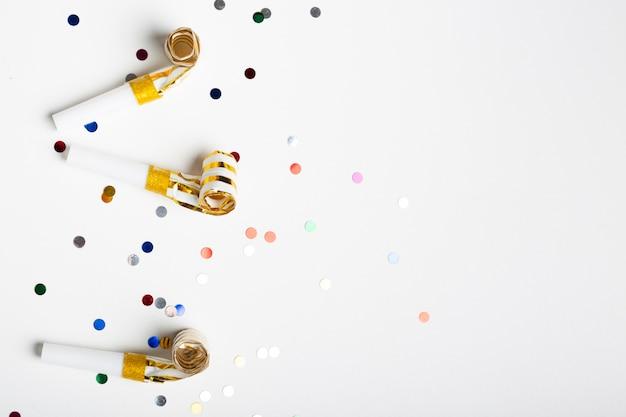 Coriandoli e fischietti di festa con spazio di copia Foto Gratuite