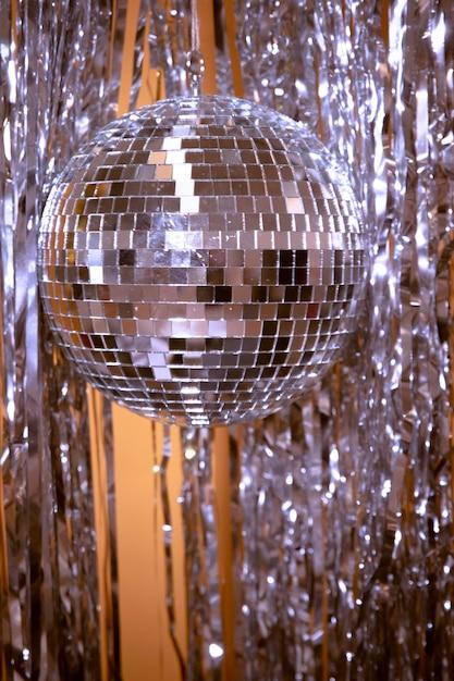 Coriandoli e globo d'argento per la festa di capodanno Foto Gratuite