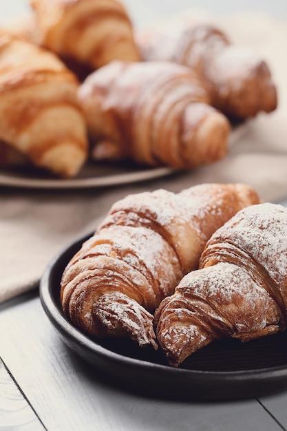 Cornetti con zucchero a velo Foto Gratuite
