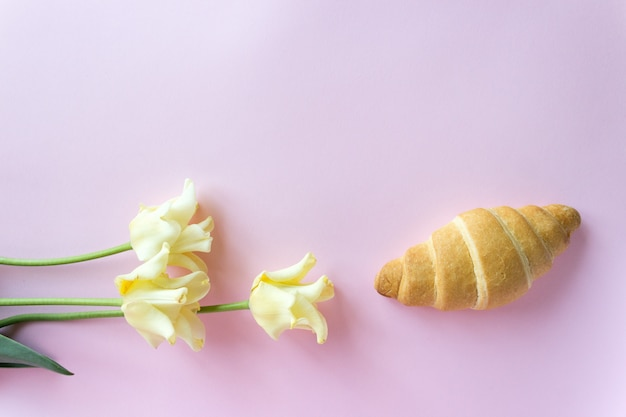Cornetto francese e fiori delicati su una rosa, crema di tulipani Foto Premium