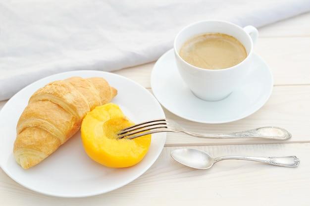 Cornetto, pesca e caffè Foto Premium