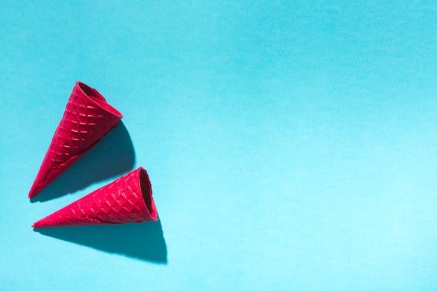 Corni in bianco della cialda del gelato su fondo leggero Foto Gratuite