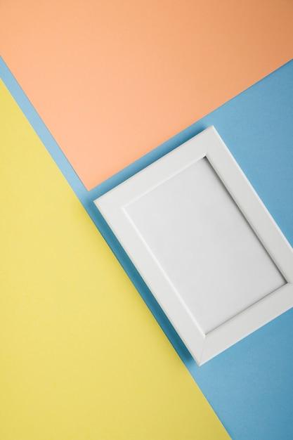 Cornice bianca piatta laici con sfondo colorato chiaro Foto Gratuite