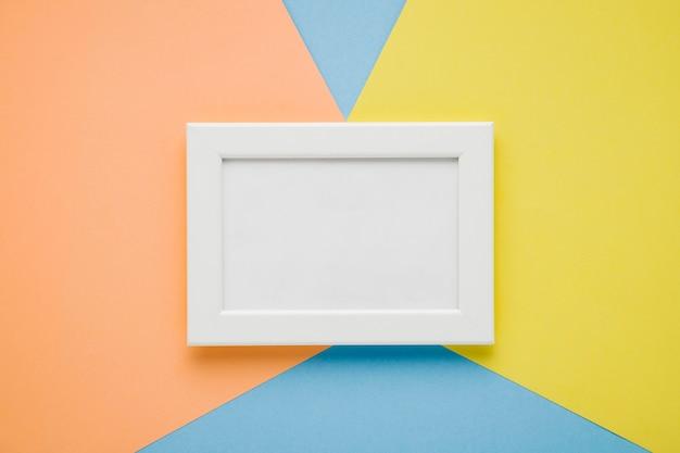 Cornice bianca piatta laici su sfondo colorato Foto Gratuite