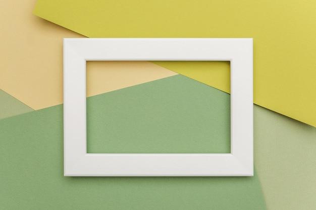 Cornice bianca su sfondo di carta geometrica sfumature verdi. Foto Premium