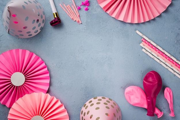 Cornice circolare con ornamenti per feste rosa Foto Gratuite